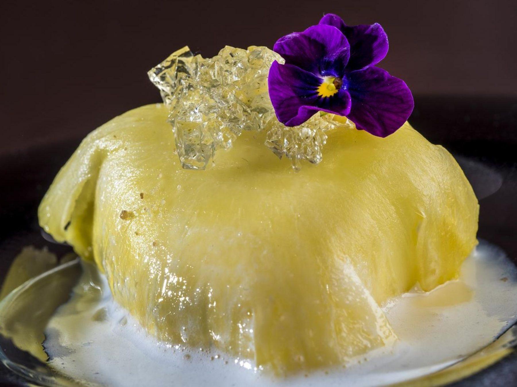 Raviolis de piña con sopa de coco